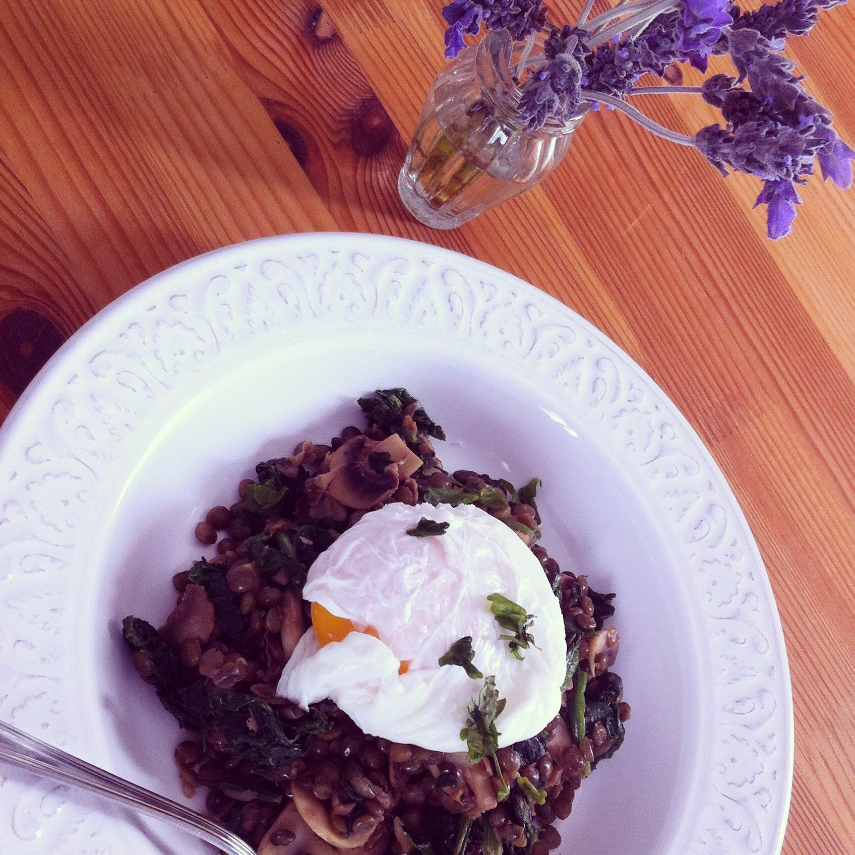 lentejas con champiñones, espinacas y huevo pochado