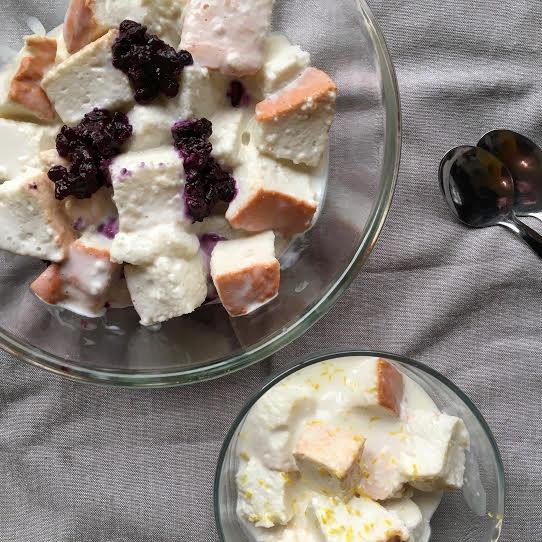 Trifle-celestial-de-arándanos-y-bizcocho-de-ángel
