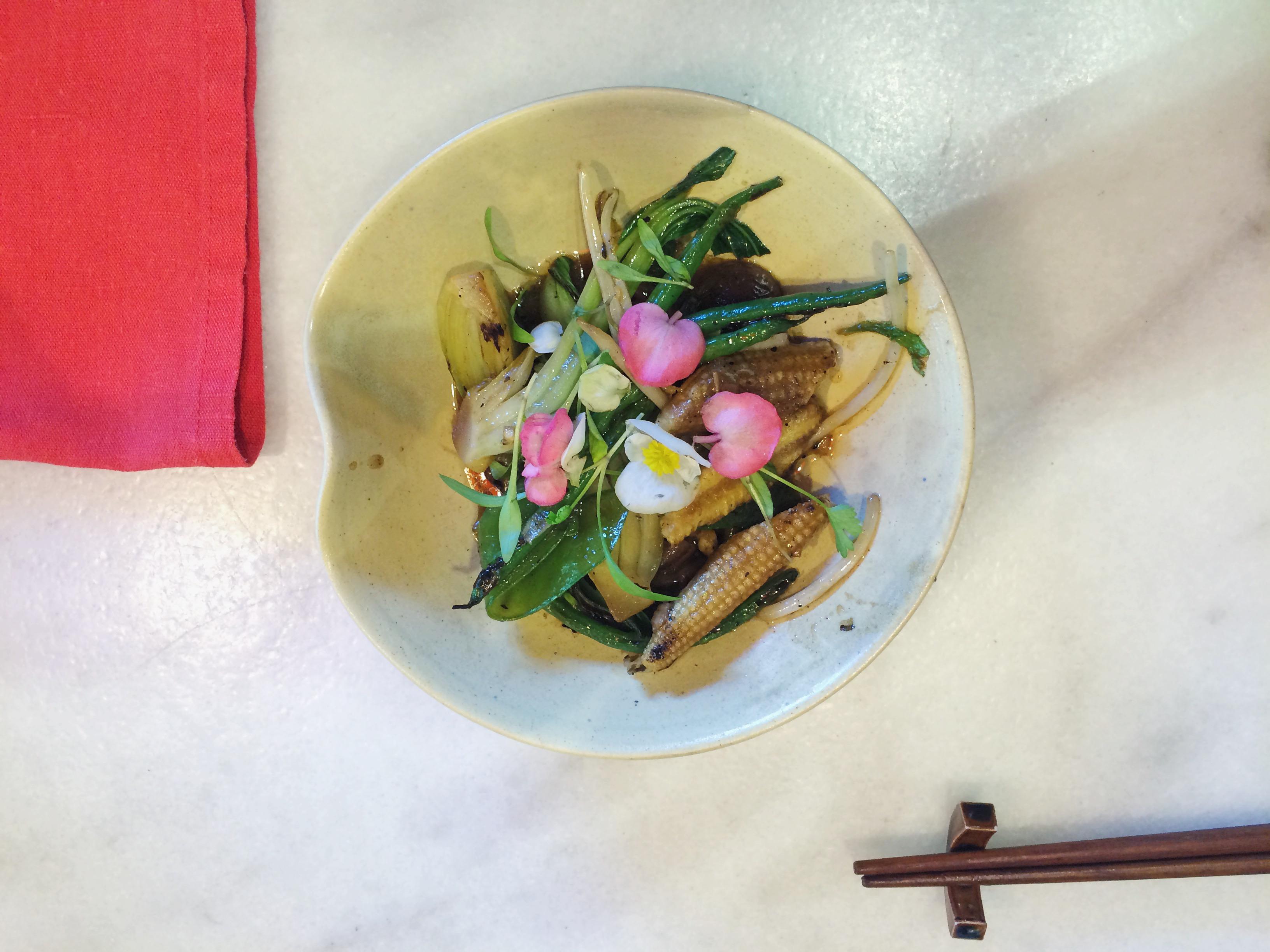 wok de verduras, dos palillos