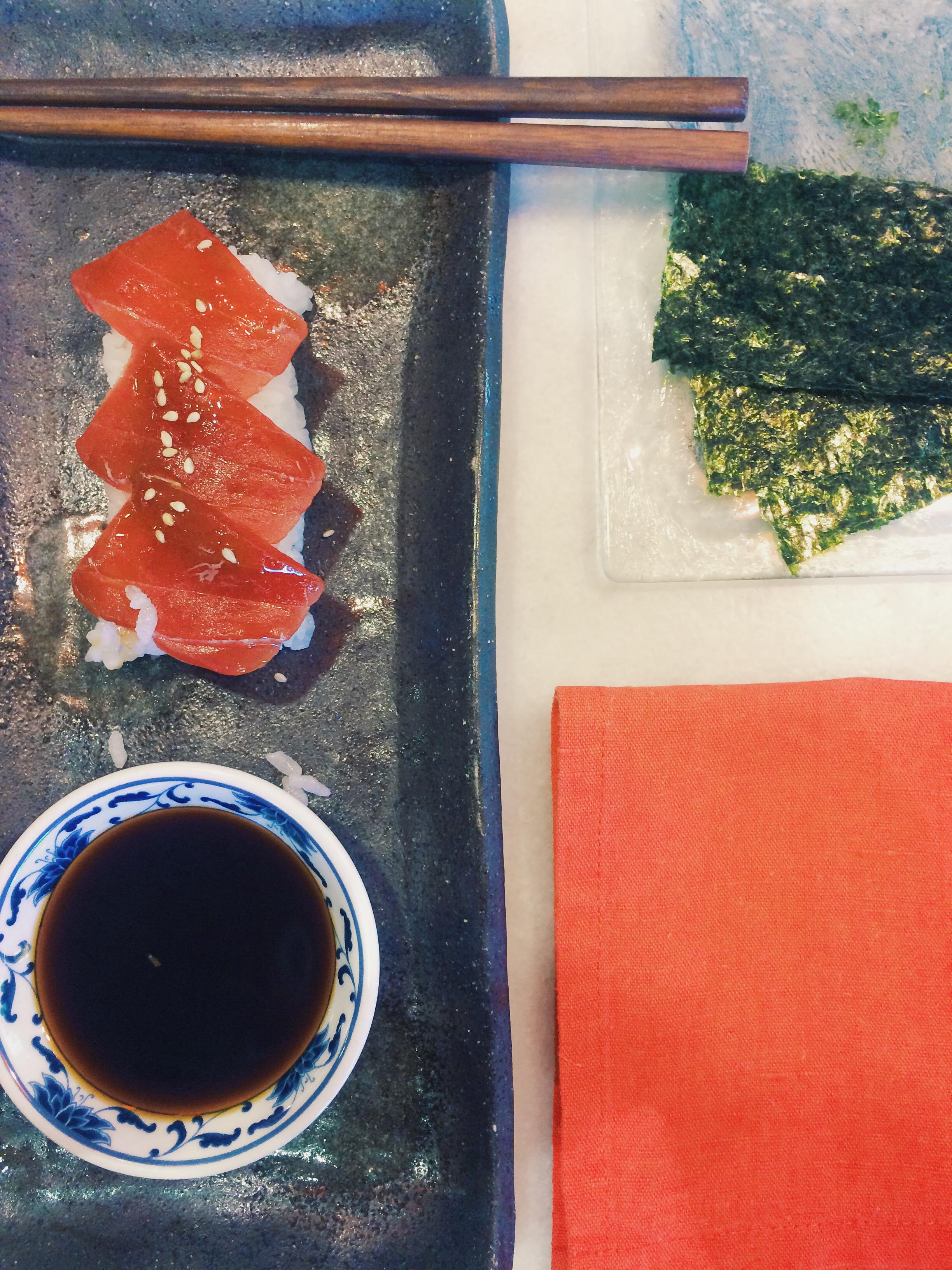 tataki de atún, dos palillos