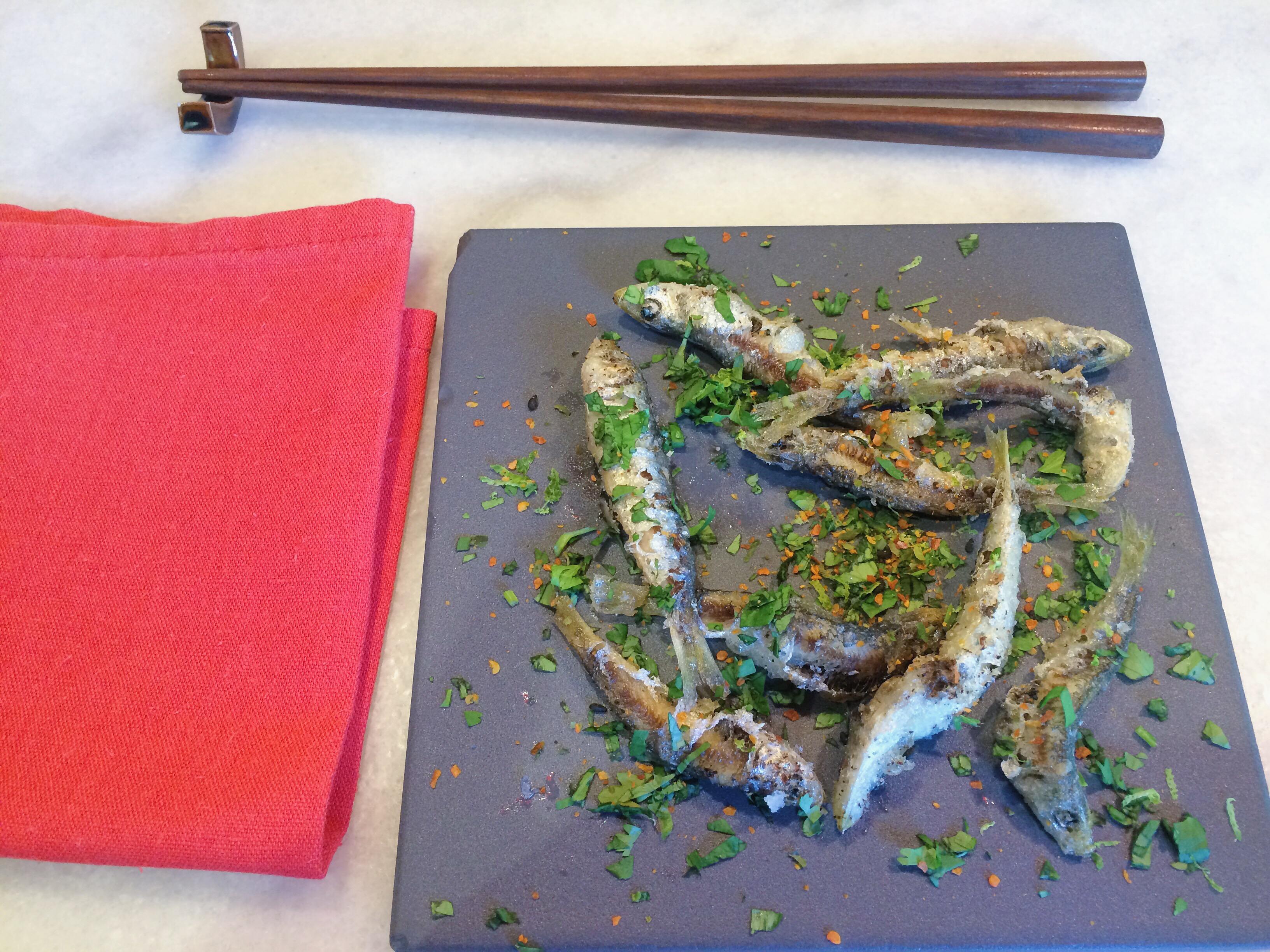 sardinas con menta, cilantro y cayena, dos palillos